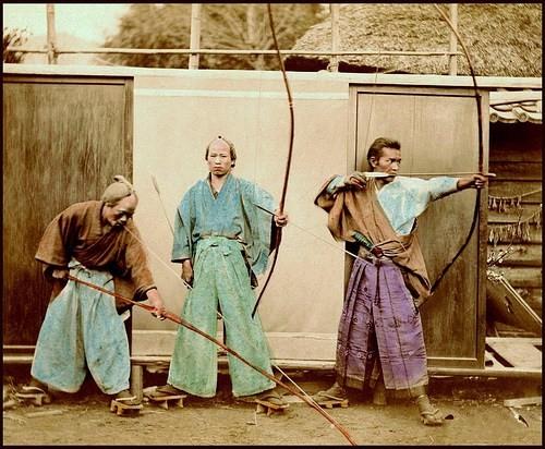 Foto colorizada com grupo de praticantes de Kyujutsu do final do Séc XIX