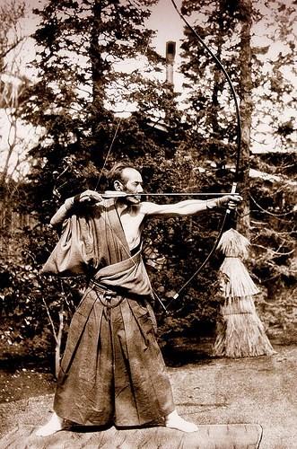 Praticante de Kyudo no momento de Kai (1870-1890).