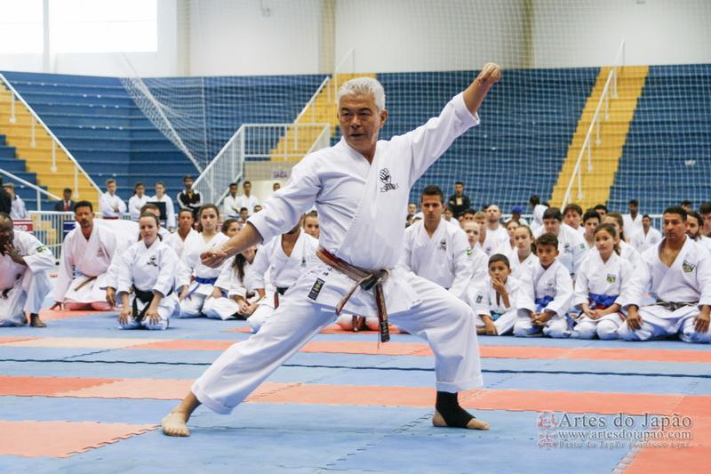 """Renshi-Shihan Luiz Kotsubo demonstrando o Kata """"Genkaku""""."""