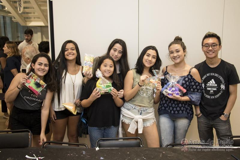Grupo de amigos mostrando as suas cartas em envelopes kawaii.