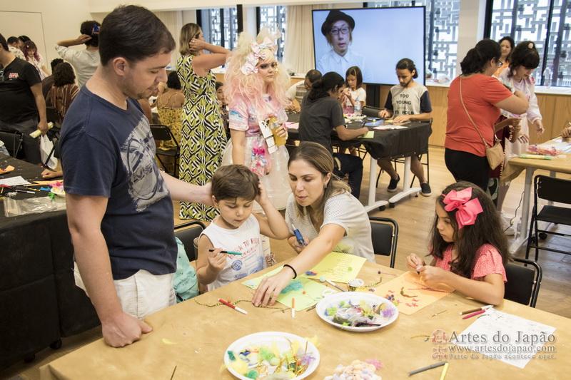Família participando do workshop e decorando suas cartas com coisas kawaii.