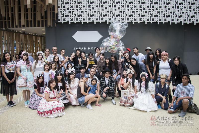 Sebastian Masuda com a cápsula do tempo e os participantes do workshop na frente do Japan House em São Paulo.